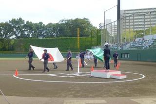 004日章旗・連盟旗を先頭に入場行進.JPG