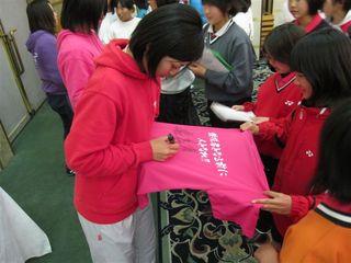 オリジナルTシャツにサインをするコーチ陣.JPG