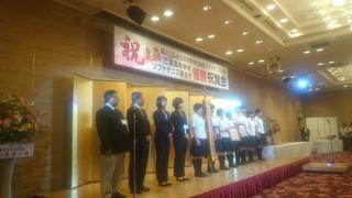 左から納所部長、神崎総監督、村田監督、橋本トレーナー、以降優勝メンバー.JPG