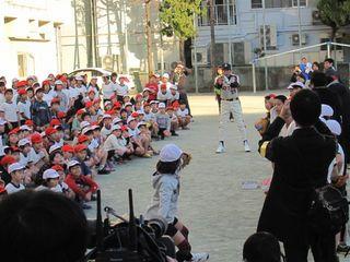 投げ方を教わる生徒たち.JPG