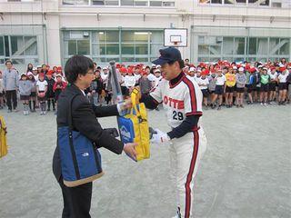 村田氏からの記念品を贈呈された江方副校長.JPG