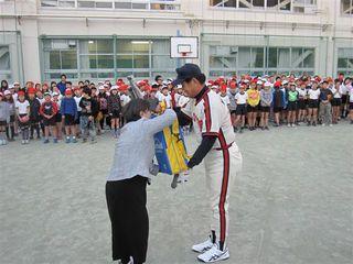 村田氏からの記念品を贈呈された石毛校長.JPG