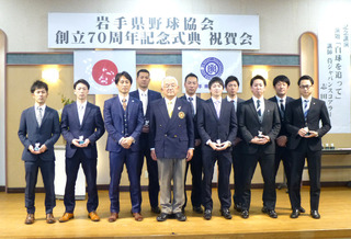 柴田会長・志田氏とベストナイン賞の選手たち.JPG
