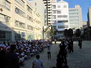 校庭に出てキャッチボール.JPG