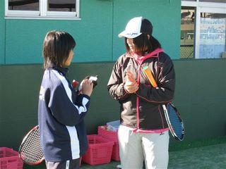 横山コーチにアドバイスを受けてメモをする参加者.JPG