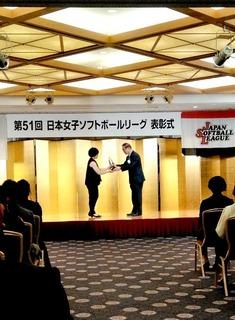 2.最高殊勲選手賞欠席のモニカ・アボット選手に替わって古澤主将が受け取った.JPG